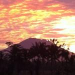 雲に映り込み輝く光の束!バリ島ウブド近郊の朝焼けと日の出、そしてアグン山