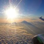 バリ島から朝出発のエアアジア、機内から見えたアグン山